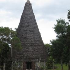 Une case en Nouvelle Calédonie et sa flèche